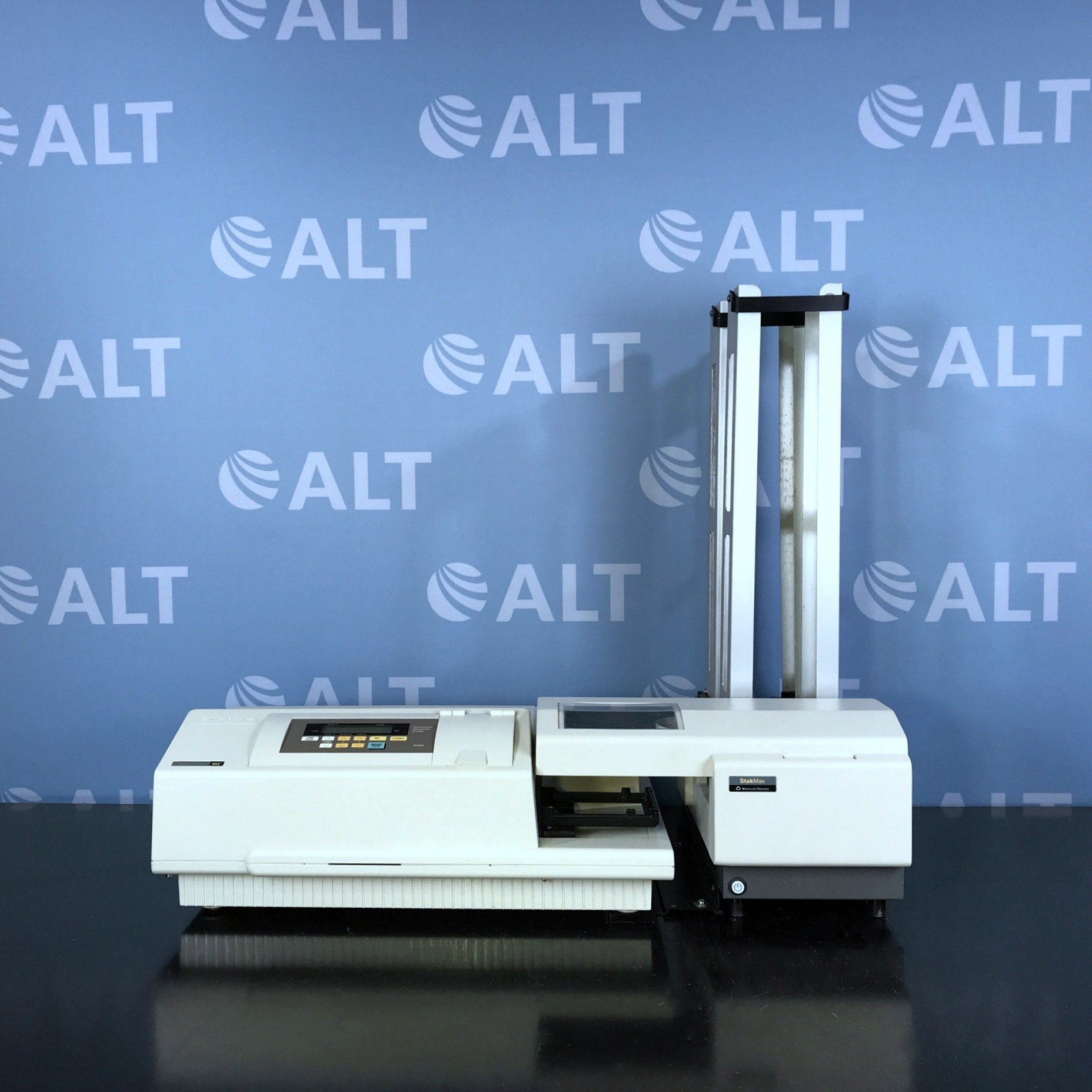 Molecular Devices Spectramax M2e Multimode Microplate Reader with StakMax Image